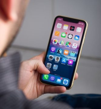 Apple-iPhone-XR-review-in-hand